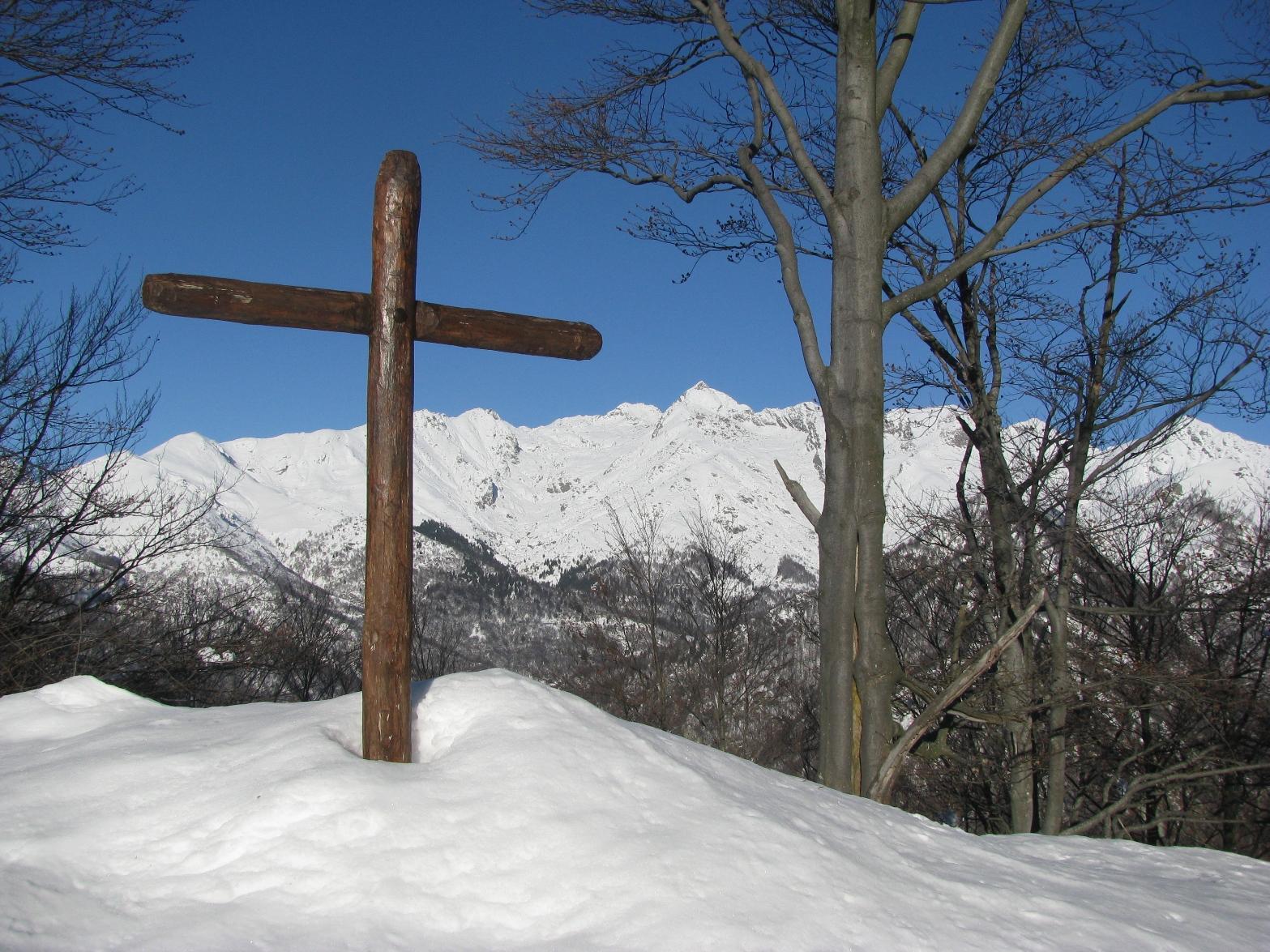 Croce di vetta con Monte Colombo da sfondo