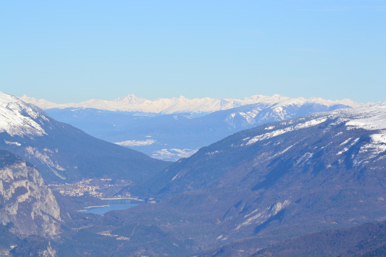 zoomata sulle lontane montagne dell'Austria meridionale
