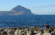 in riva al mare con il cofano sullo sfondo
