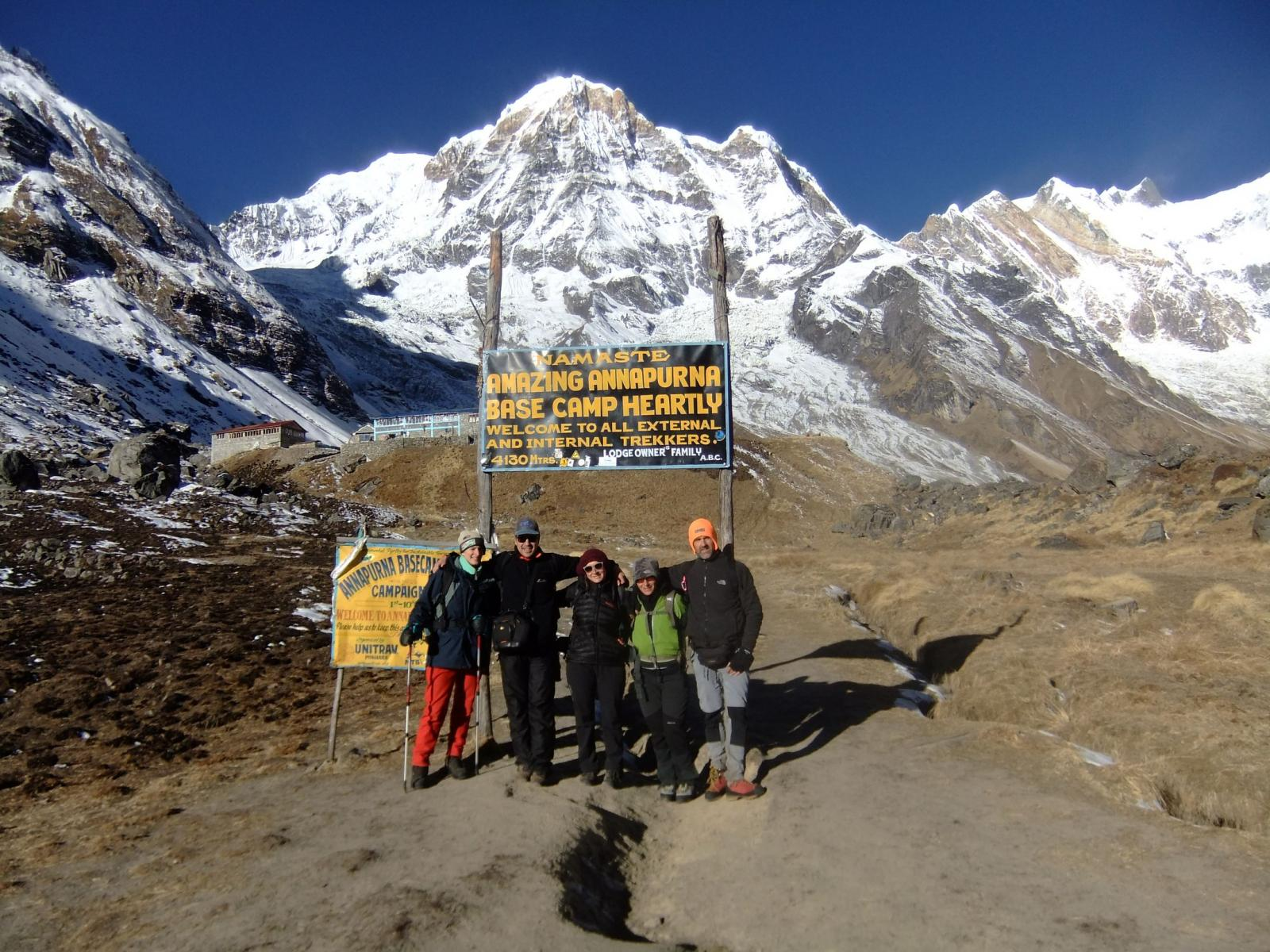 foto di gruppo davanti al campo base Annapurna