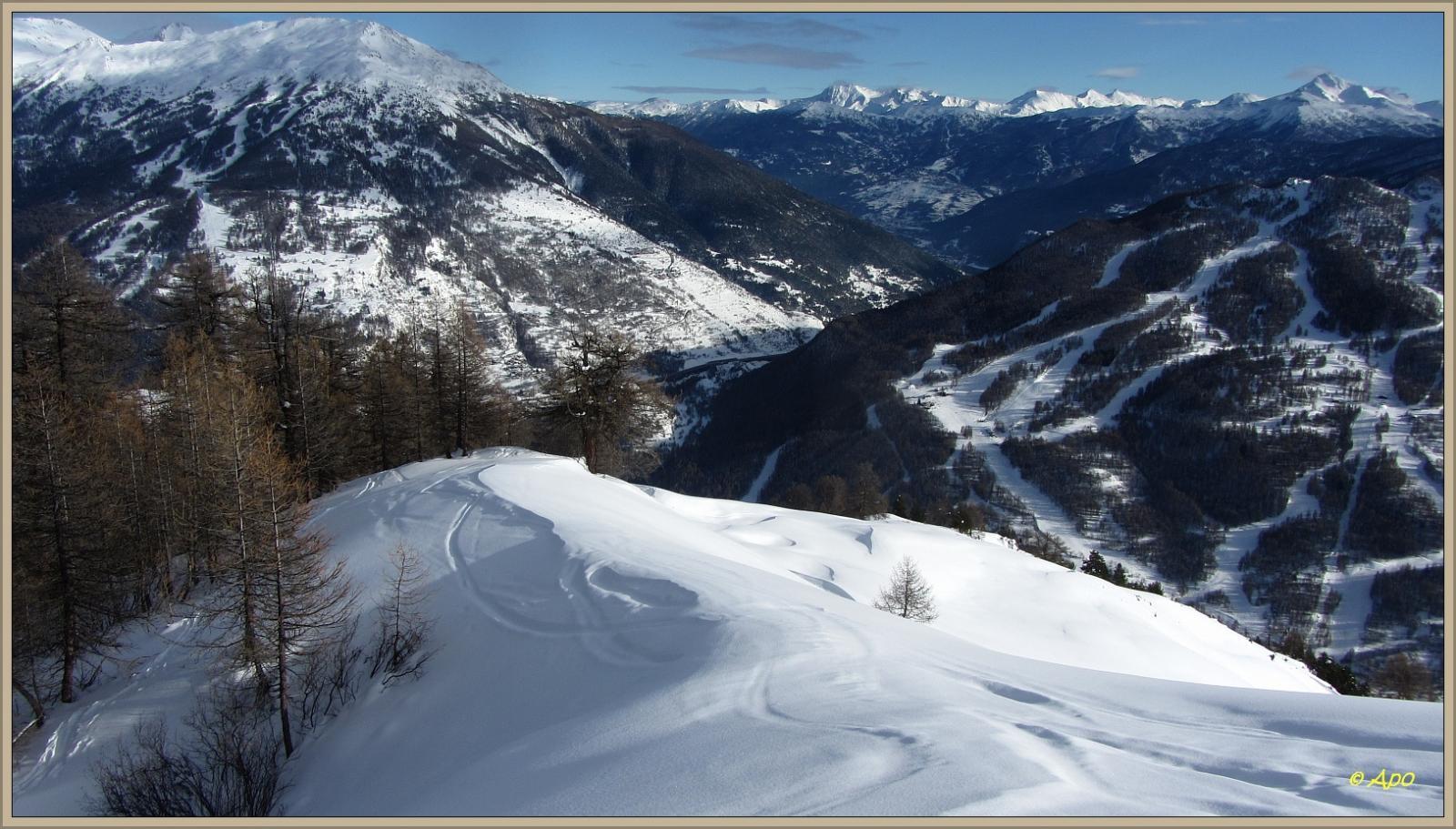 ...parte alta della discesa con vista sugli impianti sciistici di Bardonecchia e alta Valle Susa...
