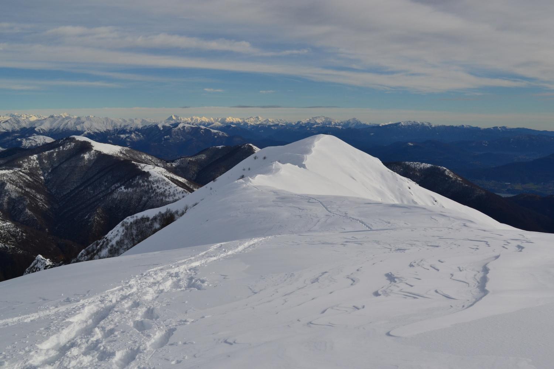 panorama sulle Grigne dalla vetta del Todano e proseguimento dorsale verso il Pizzo (1644 m)