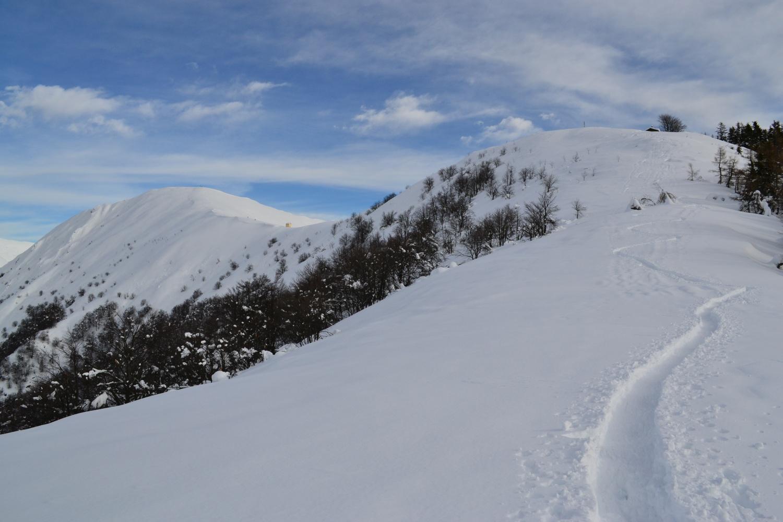 il proseguimento della dorsale: a sinistra il Monte Todano, a destra Pian Cavallone