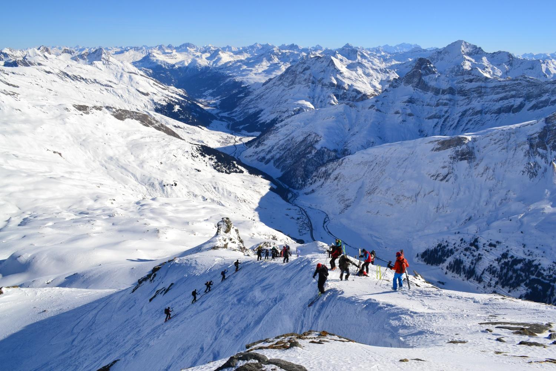 panorama e gli innumerevoli scialpinisti in arrivo