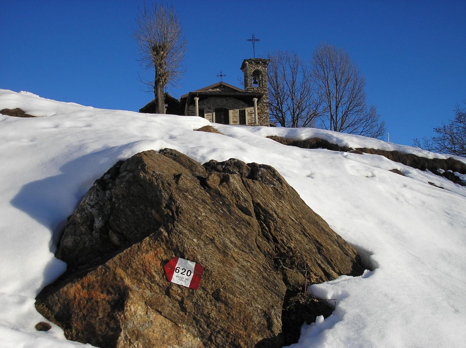 sentiero n 620 in prossimita' della chiesa dedicata a Michele arcangelo
