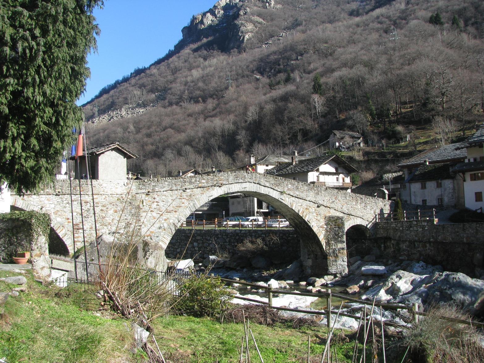 Ponte in pietra a Lillianes
