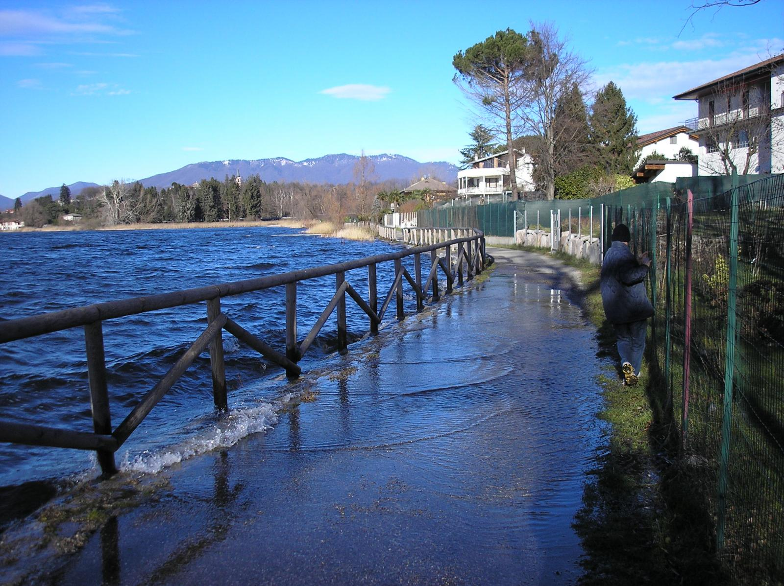 il lago esonda in piu' punti