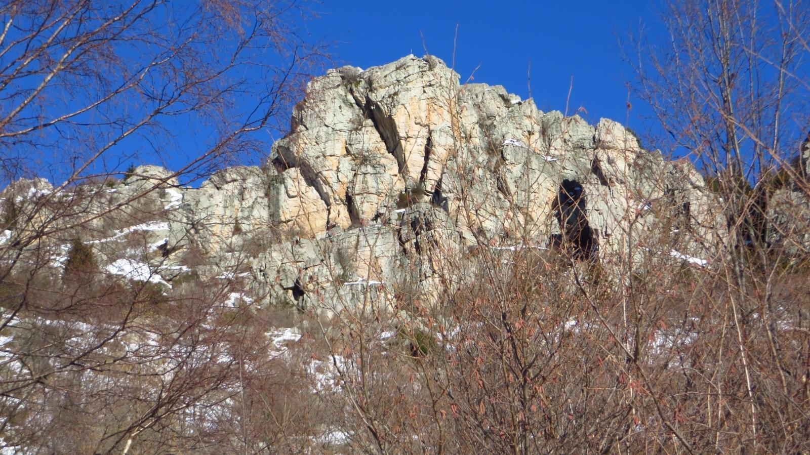 Rocca Asperiosa vista dal bosco