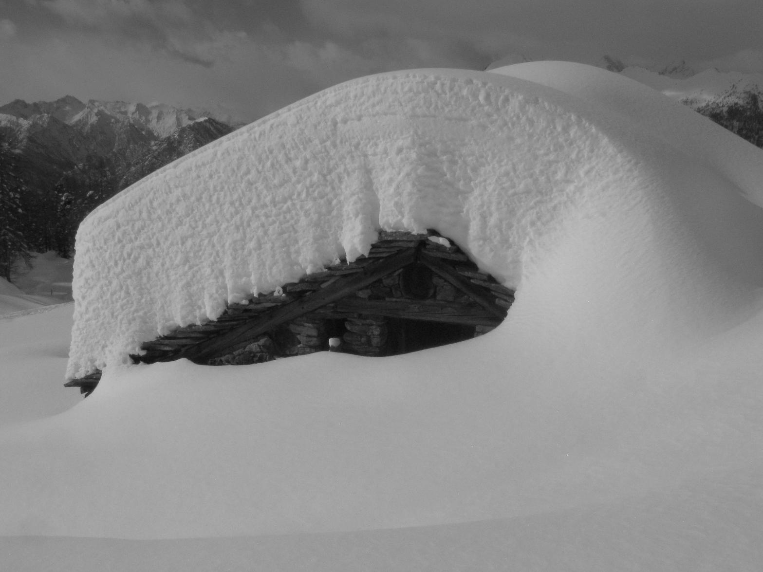 Sul tetto gravano più di 150 cm di neve