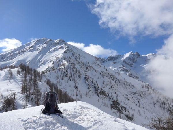 La cima, sullo sfondo il Monte Ventabren e Cima Gorgia Cagna