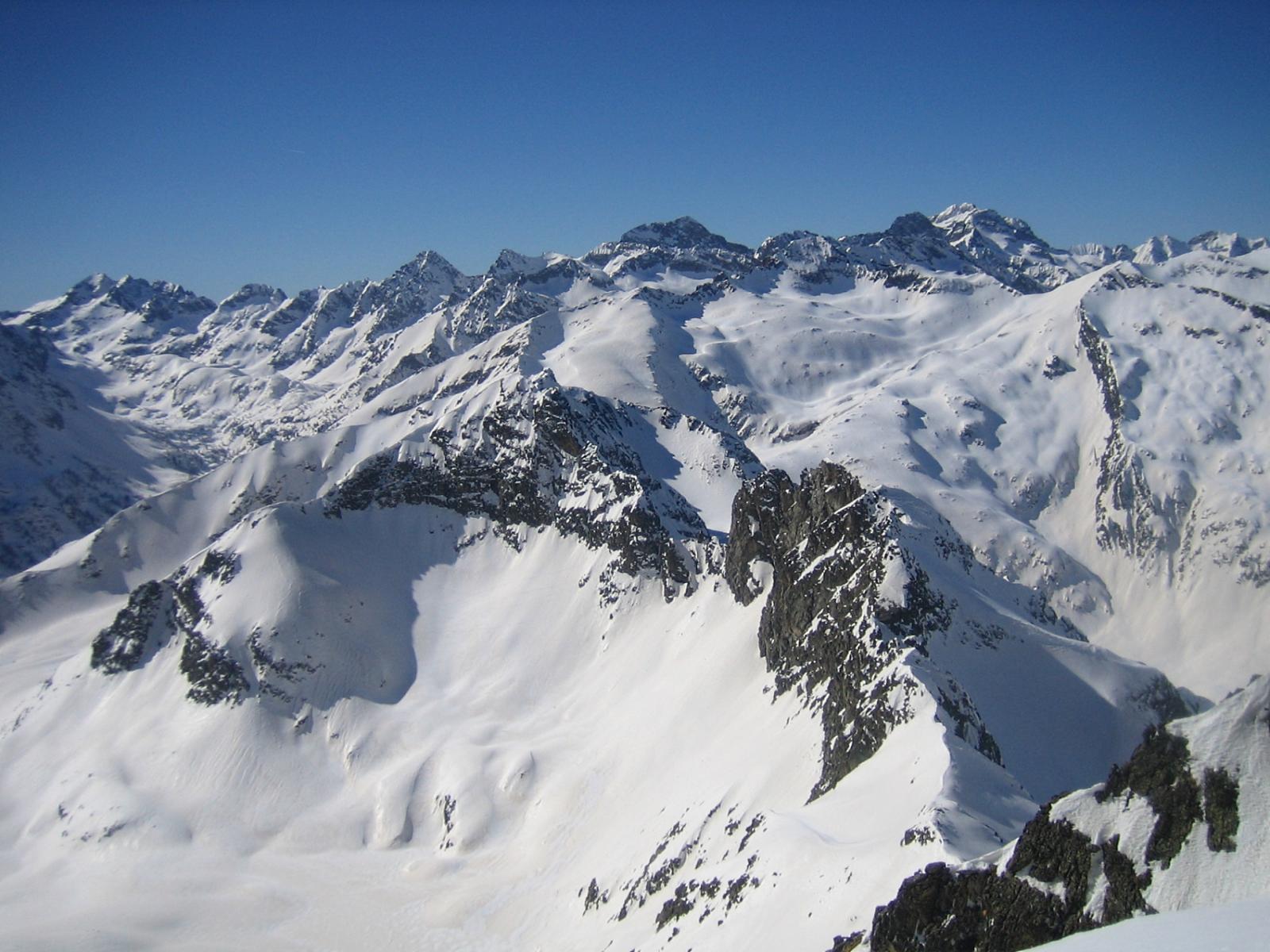 dalla cima: in primo piano il versante roccioso della Pointe de Peyrefique