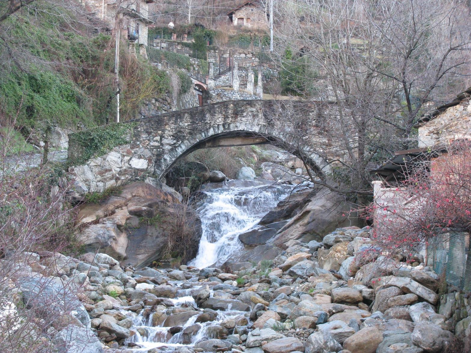 Ponte in pietra dove inizia il sentiero E1