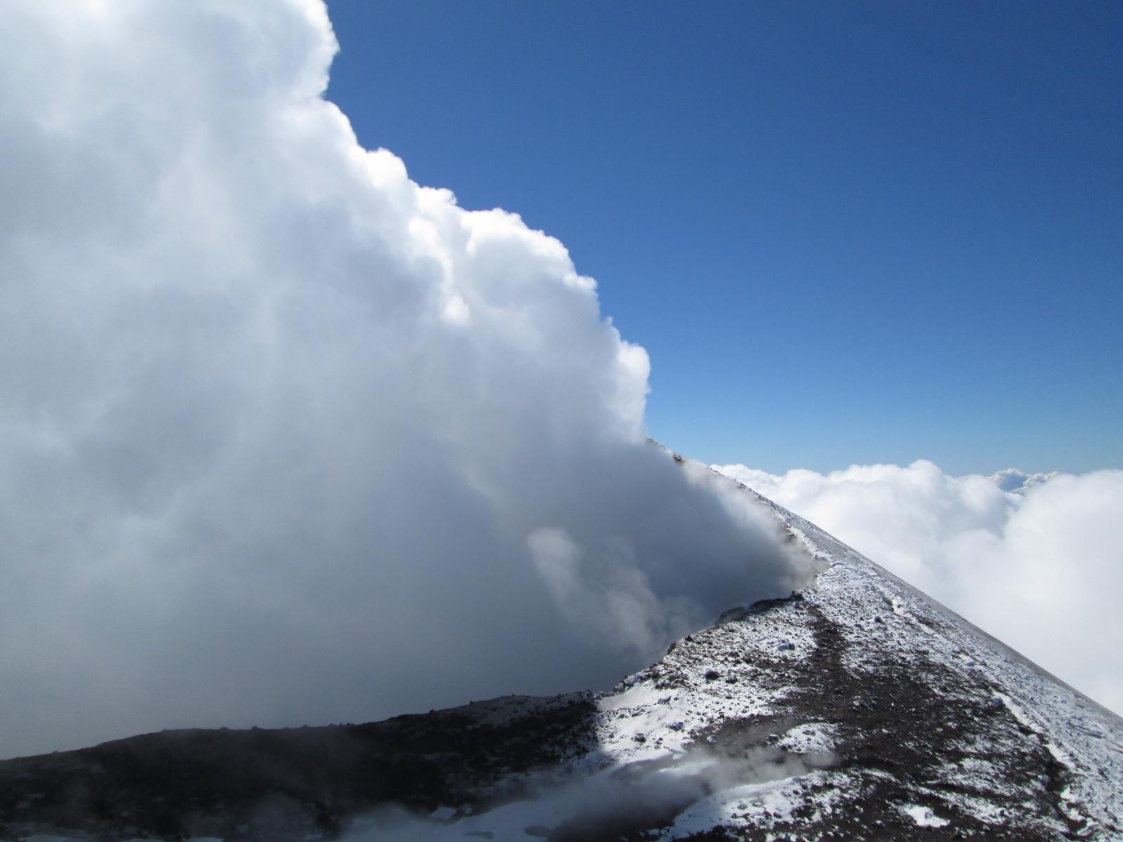 il cratere di nord-est avvolto dai fumi