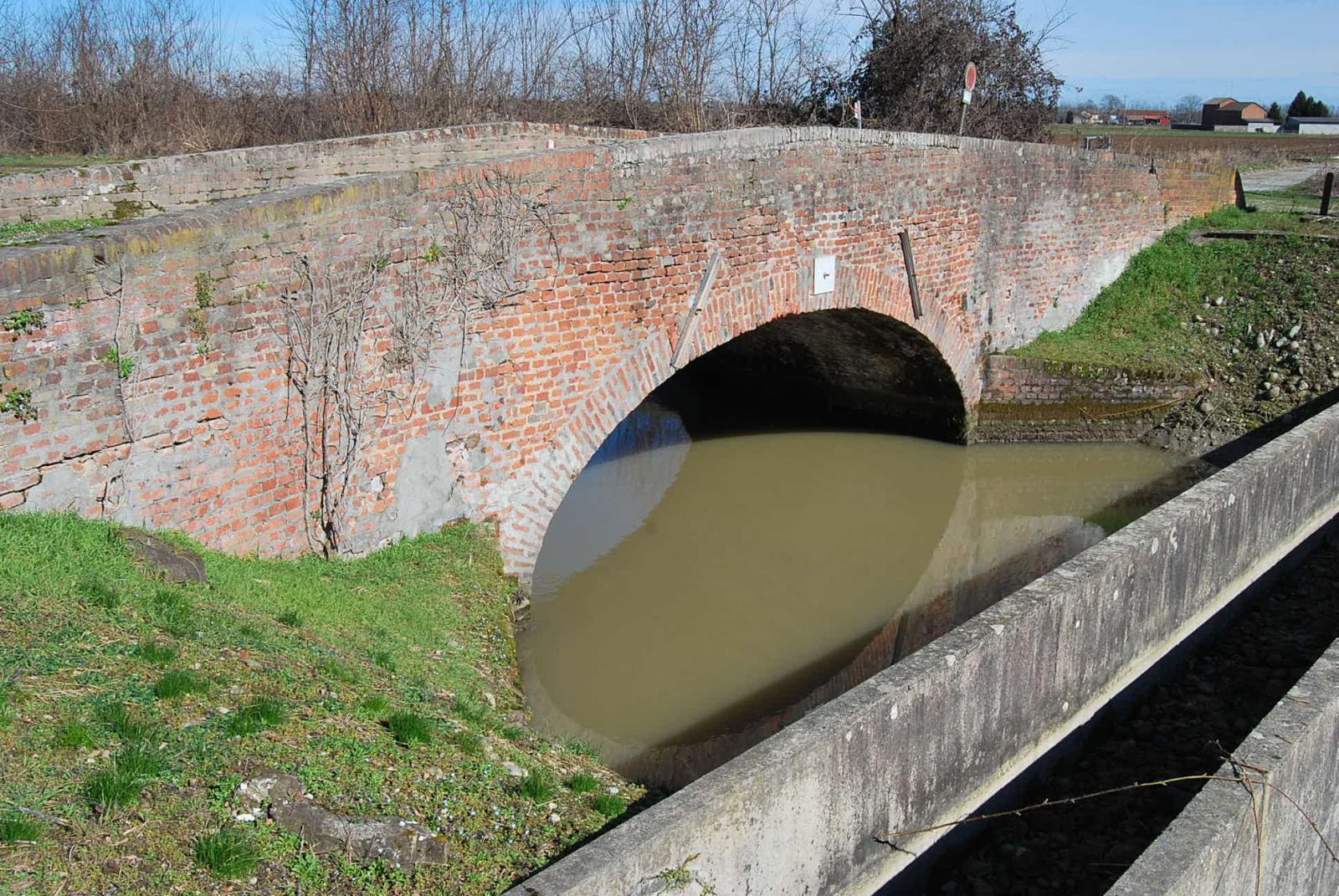 Il ponte in mattoni rossi dove occorre passare in sponda destra.