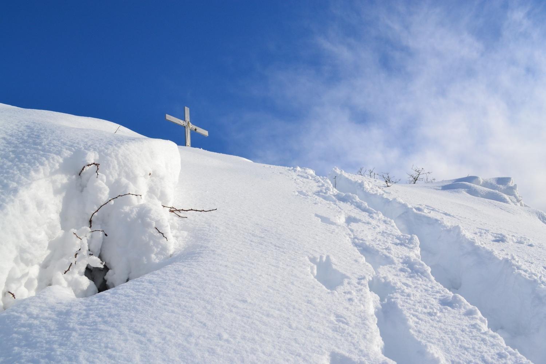 in discesa nell'abbondante neve fresca