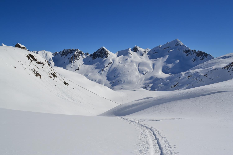 uno sguardo alle spalle verso la Rotondohütte ed il Pizzo Lucendro