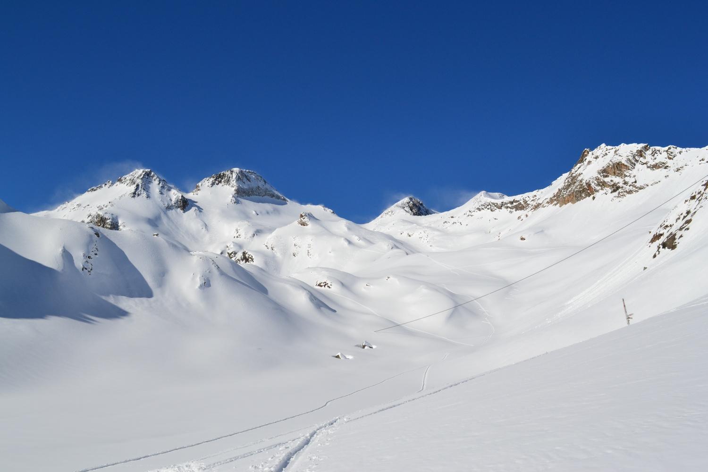 il bellissimo vallone da percorrere per raggiungere il passo: la seconda cima da sinistra è il Gross Leckihorn