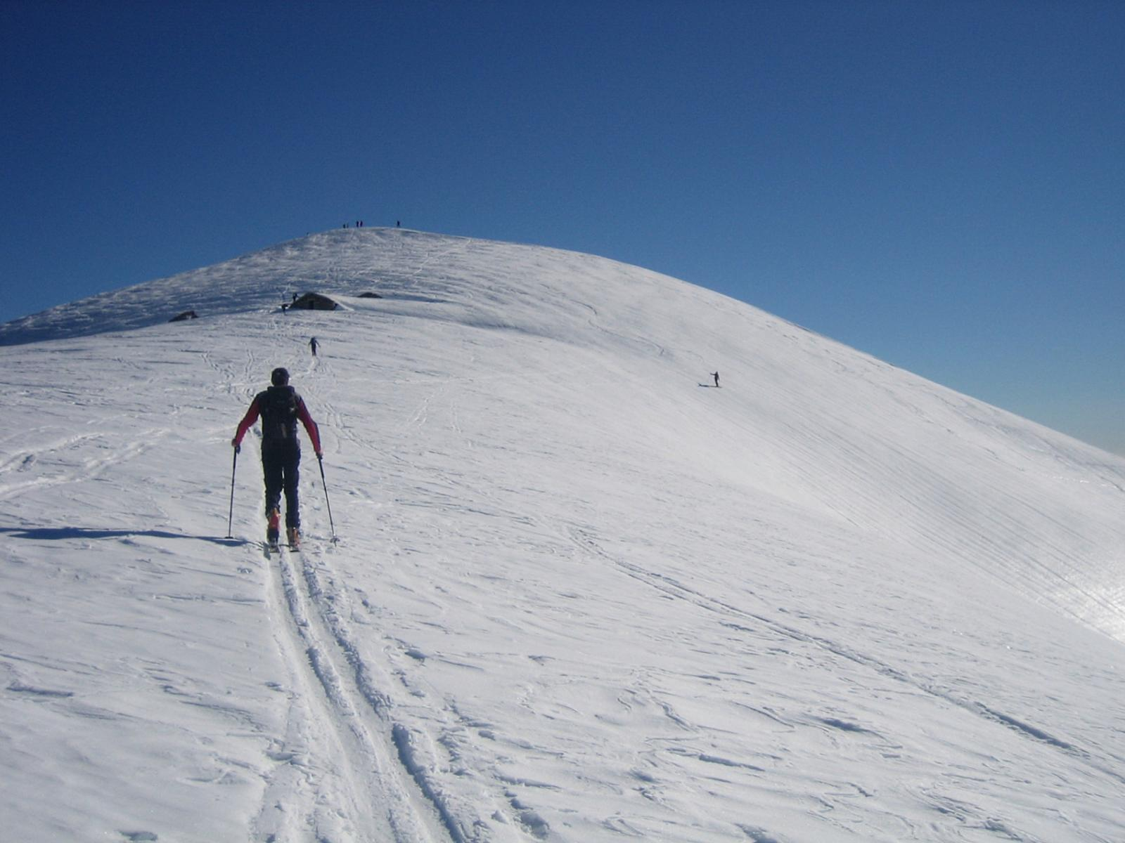 il tratto sull'ampia dorsale; l'alpe Rossolo 1939; la cima.