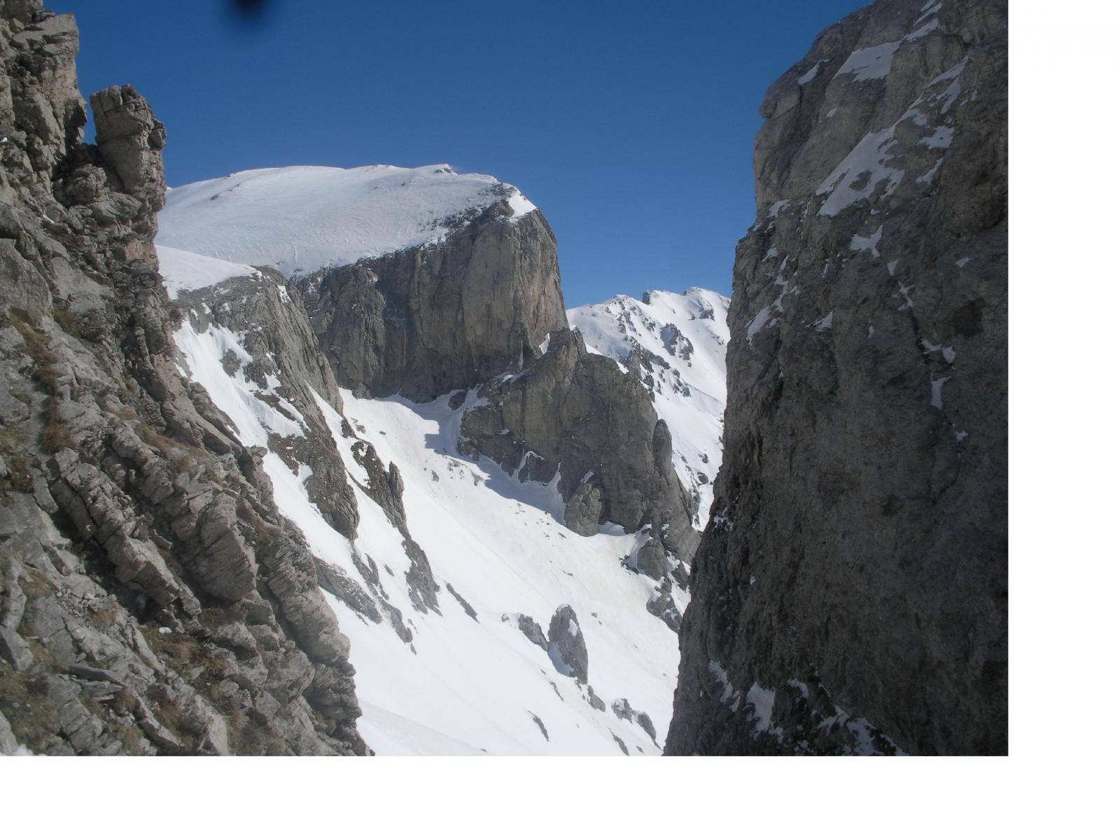 dalla sella del Cimonasso la rocca Garbe e lontano al fondo il Bric di Conoia..