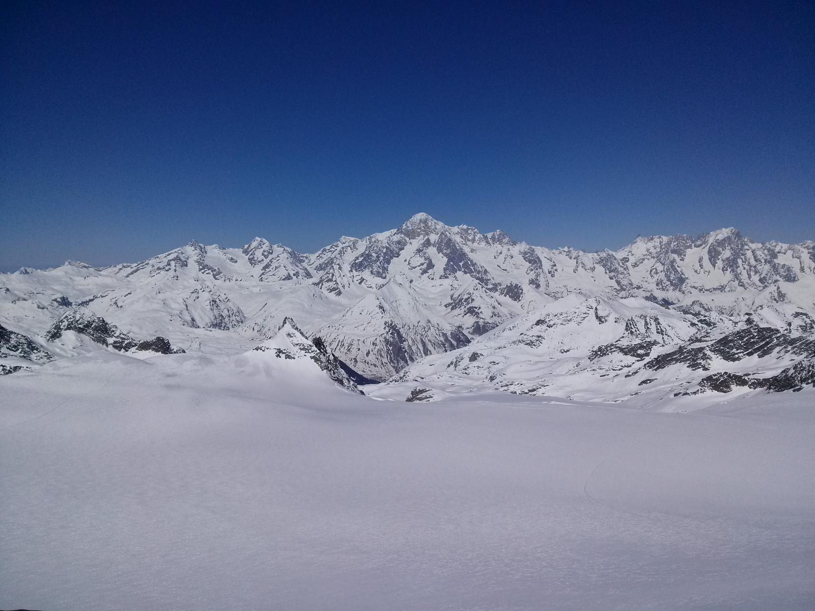 Il ghiacciaio del Rutor verso La Thuile e sullo sfondo il Bianco