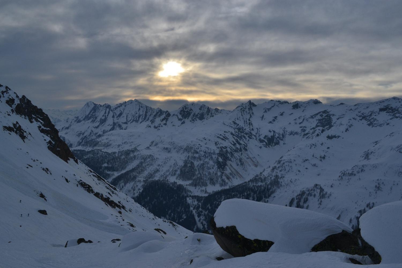 timido sole tra le nuvole. A sinistra gli scialpinisti diretti al Pizzo Rotondo