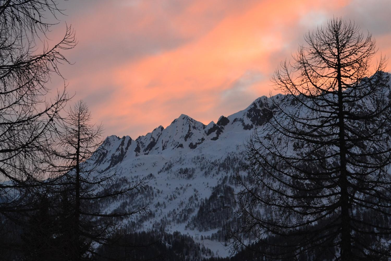 alba percorrendo il sentiero per la capanna