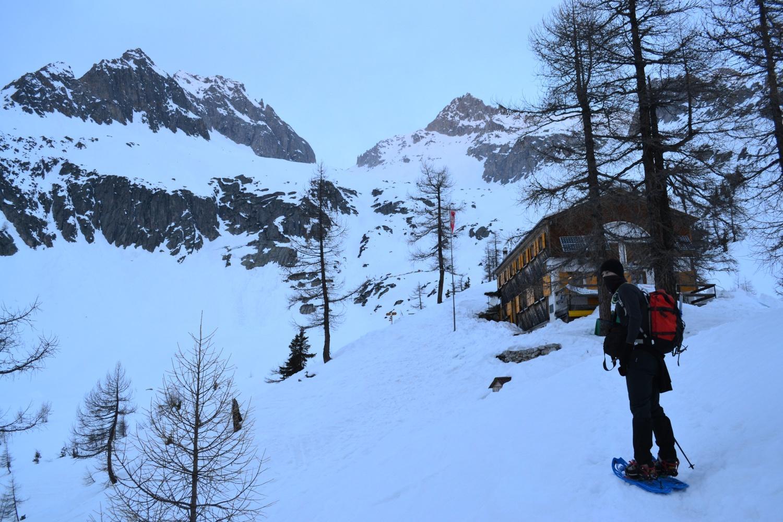 arrivo alla capanna: a sinistra il Poncione di Cassina Baggio, a destra il Chüebodenhorn
