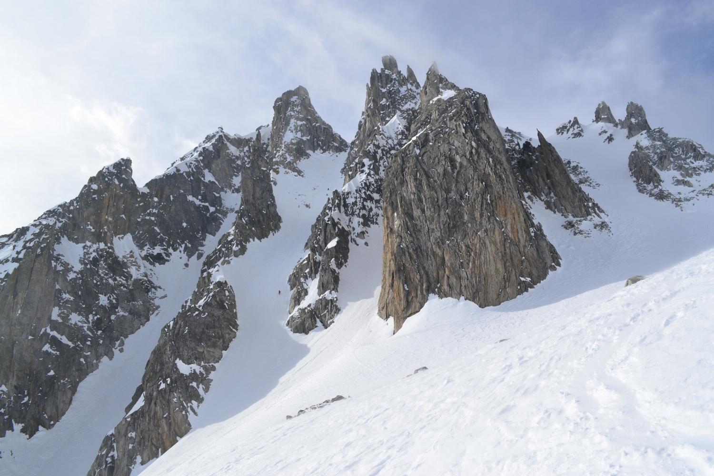 la spettacolare vista sul Poncione di Cassina Baggio: si vedono i tre scialpinisti discendere il canale