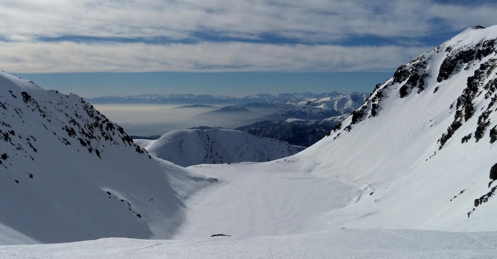 sopra l'omonimo lago (ghiacciato)
