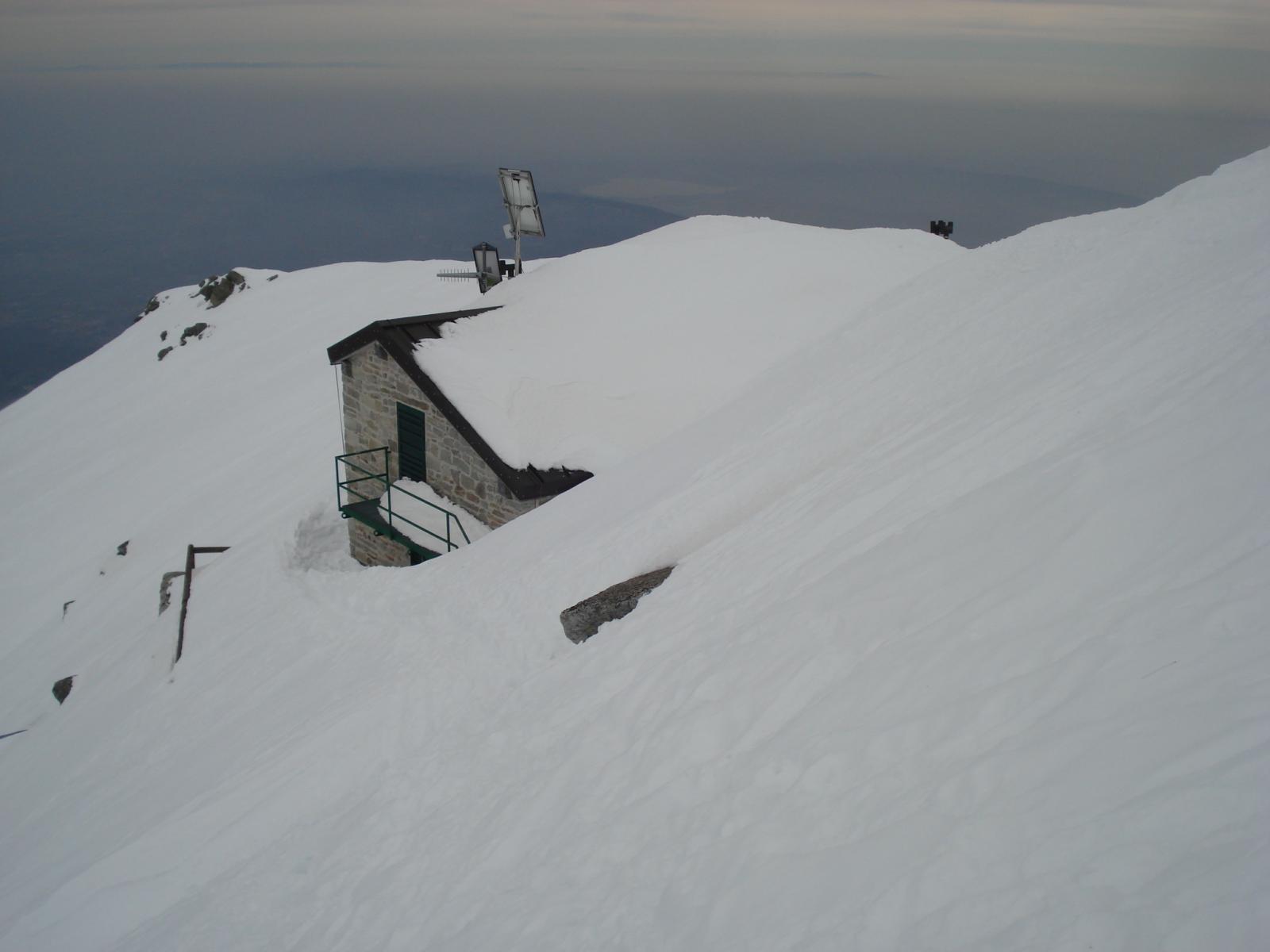 Il rifugio semisommerso dalla neve