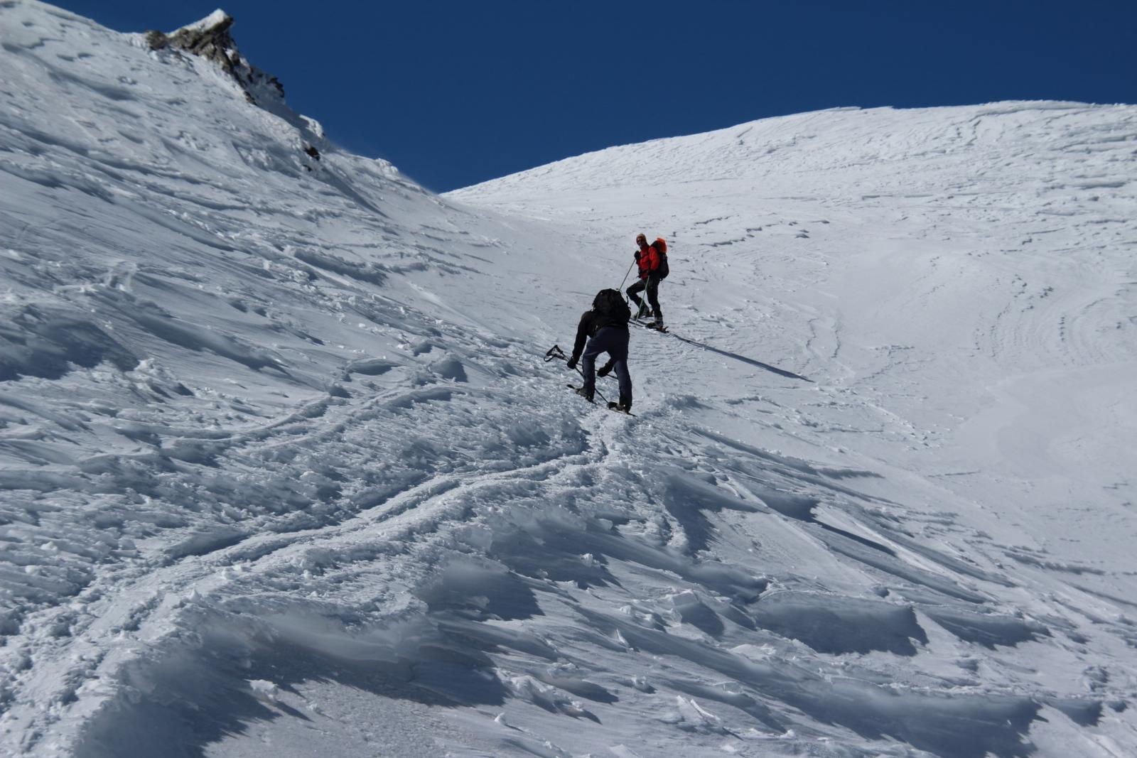 Luciano e Maurizio salgono verso l'insellatura sotto la cima