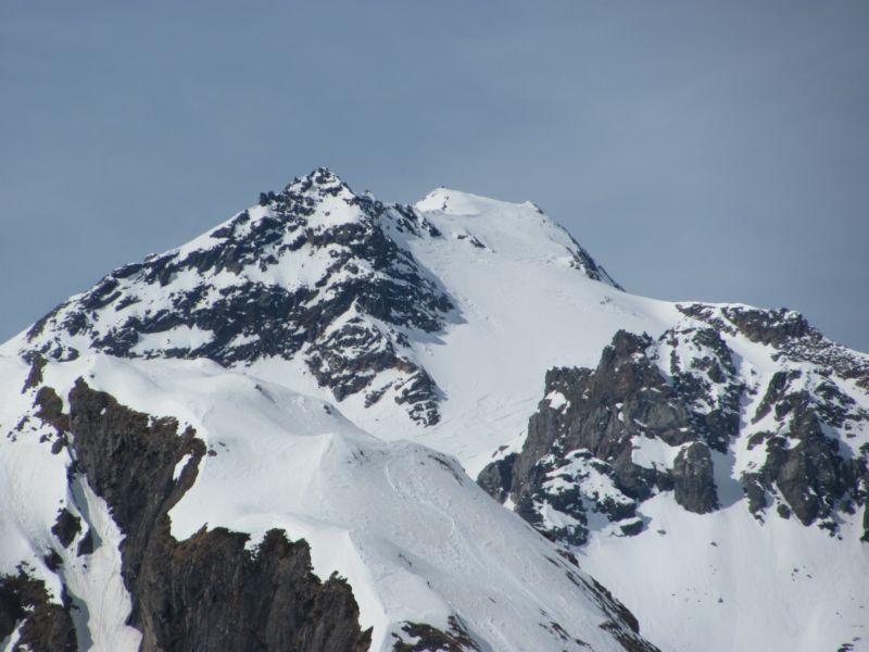 La Punta d'Arbola con dei scialpinisti in salita
