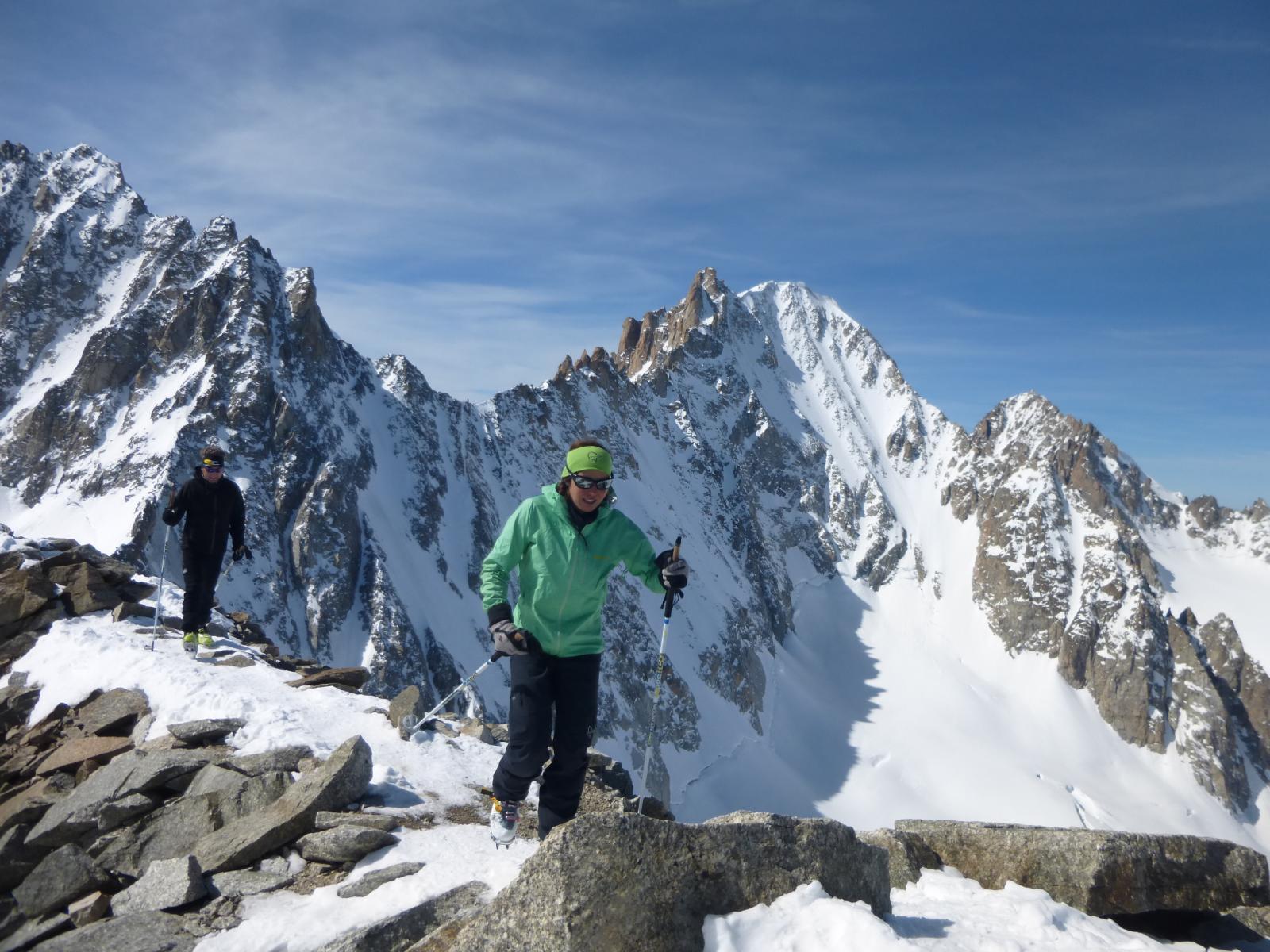 lungo la breve crestina con alle spalle la parete nord de l' Aiguille d' Argentiere