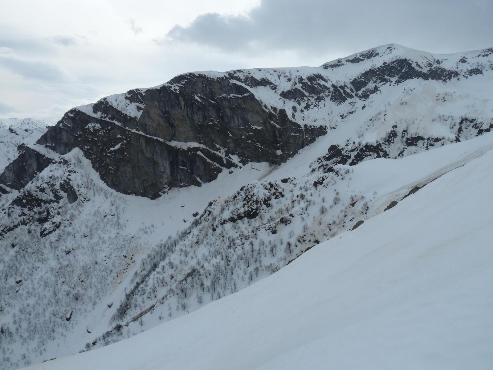 Le pareti del Baus del Mulo e i pendii sottostanti per salire alla Mirauda