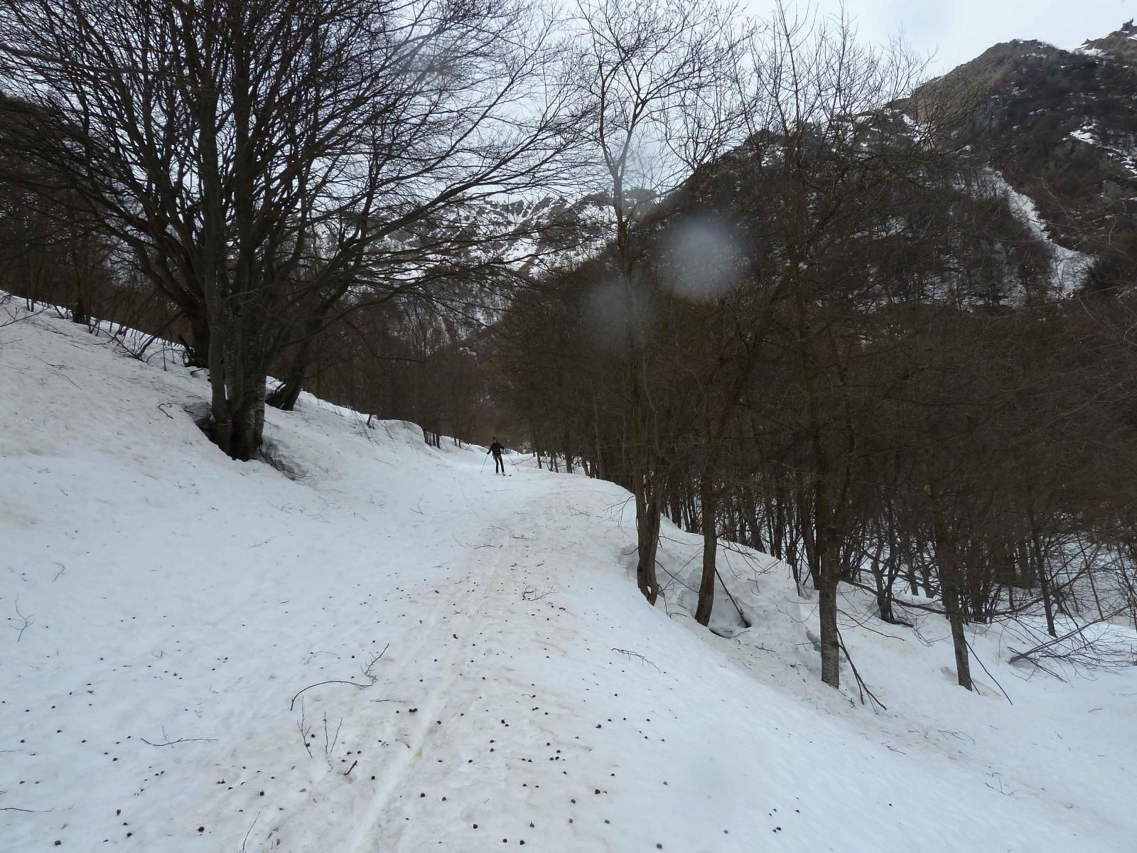 L'ampia strada di accesso al vallone finale