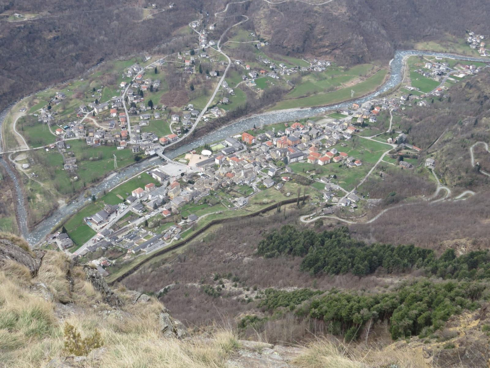 Vista aerea di Locana dall'Alpe Vardlà