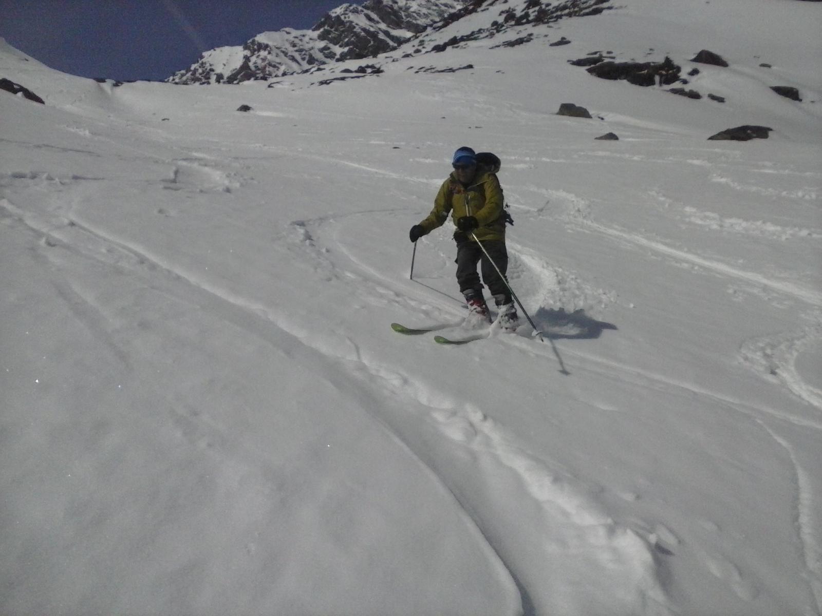 in discesa con belle curve in neve primaverile...