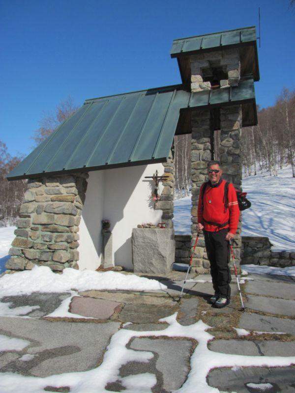 L'alpino davanti alla Cappella degli alpini