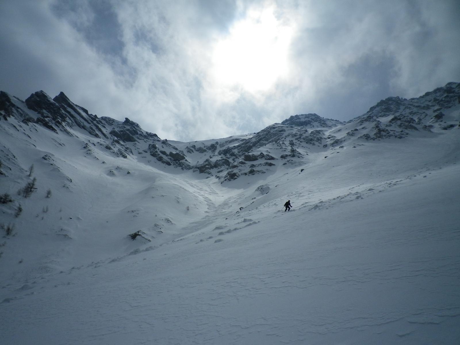 Grande neve, grande ambiente, nel morbido canalone sotto la P. Charra