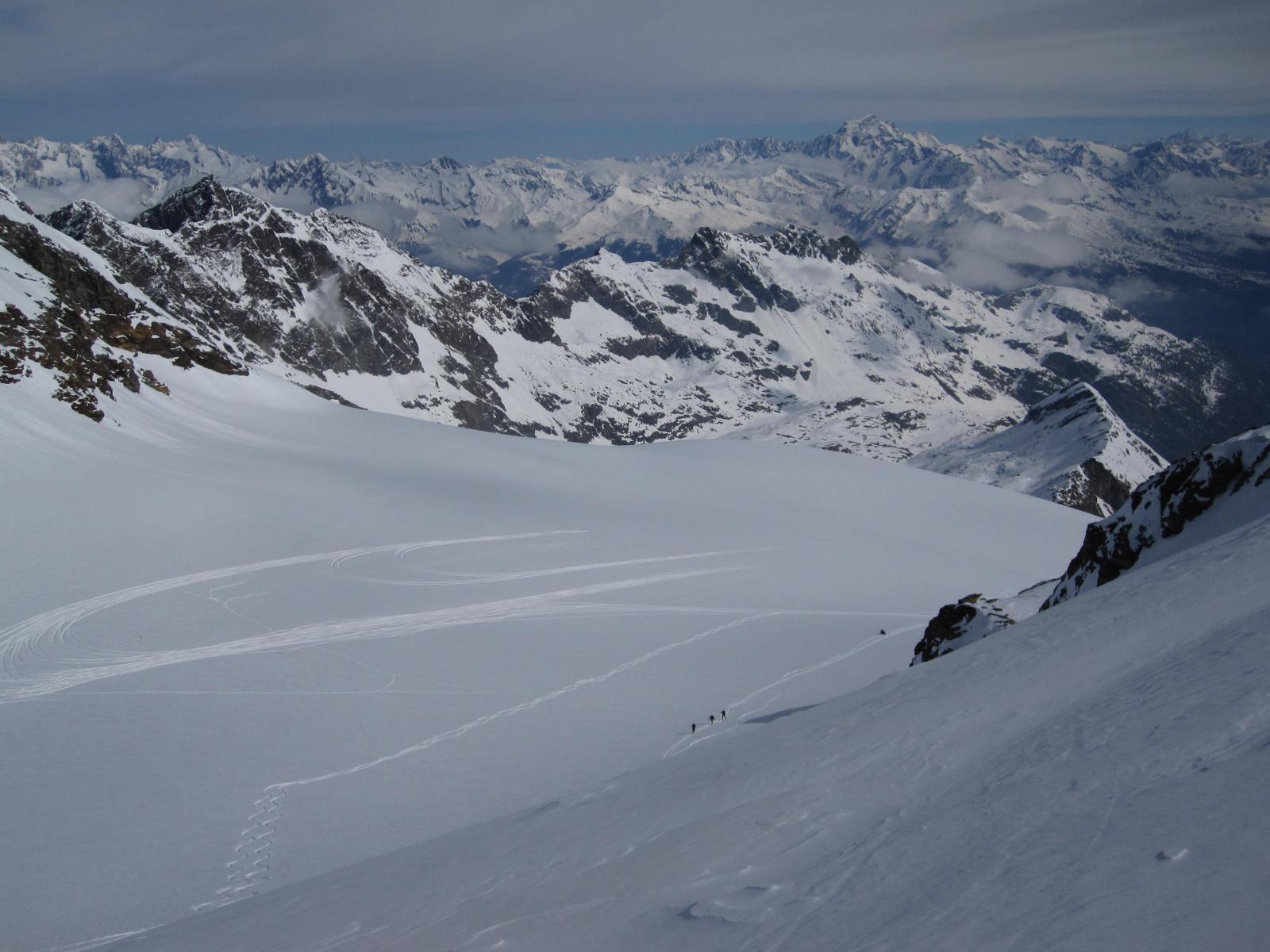 il ghiacciaio con tracce di atterraggi di aereo