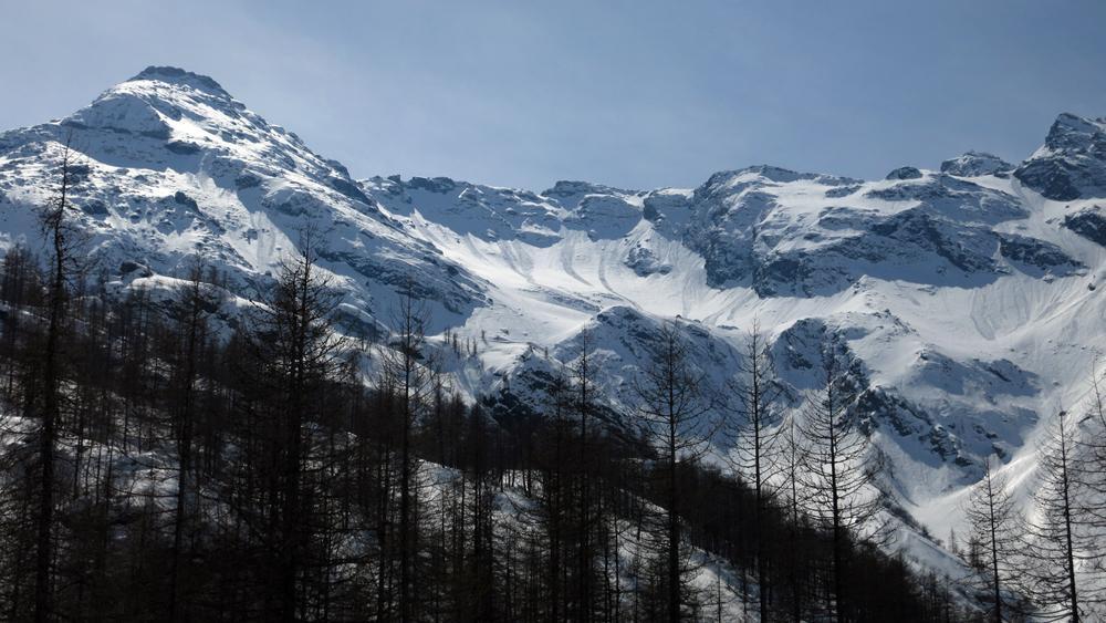 Monte Bessanetto con valanghe lungo i pendii nord