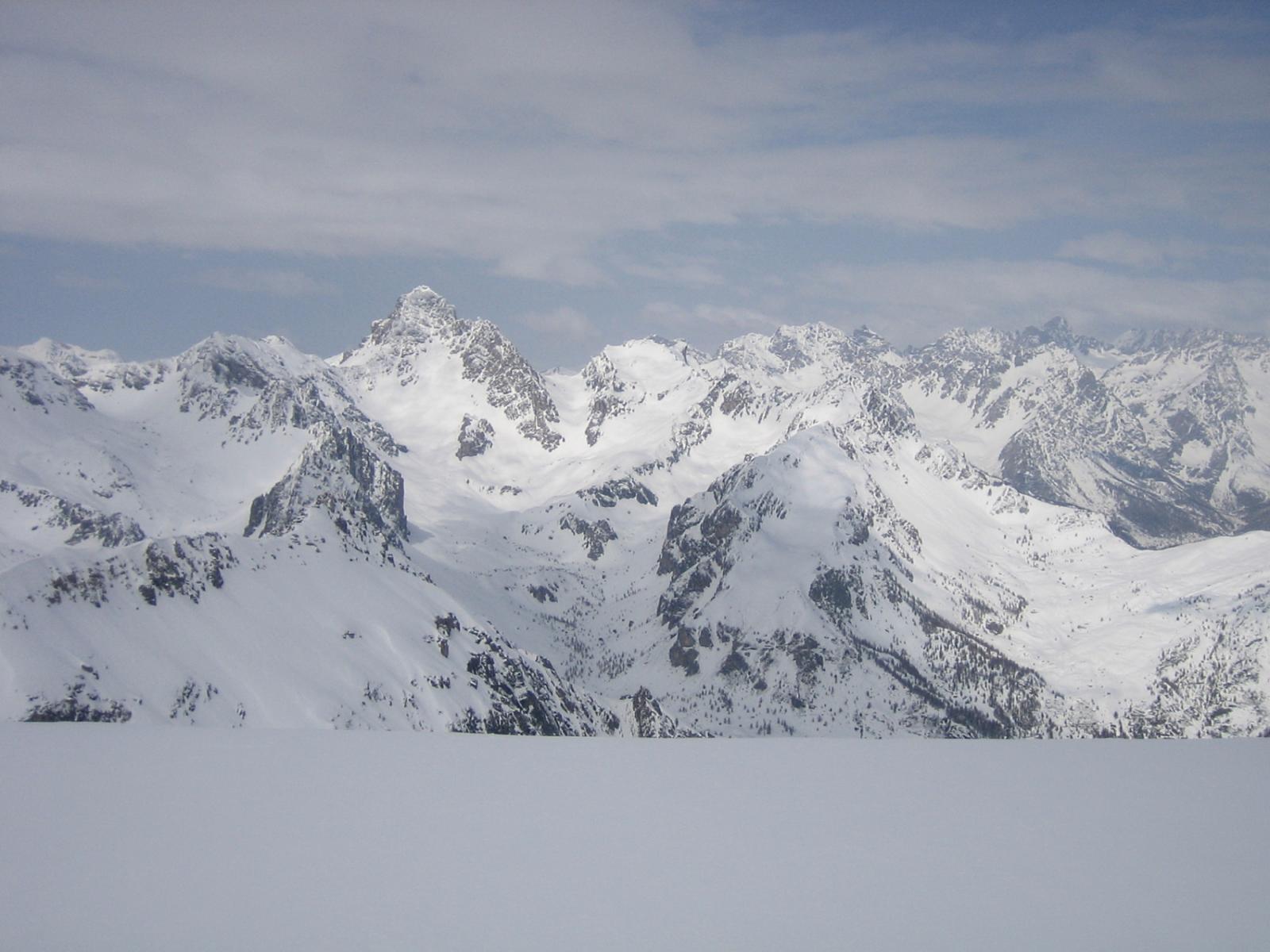 oltre la cornice vista sull'Auto Vallonasso e il Monte Oronaye