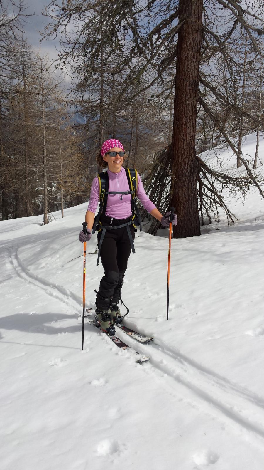 Alessia all'uscita del bosco prima di Pian de Roche
