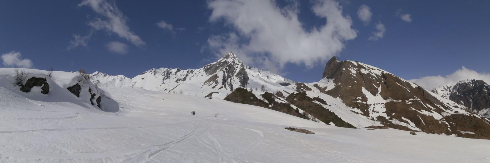 oltre l'alpeggio  nel lungo vallone  che conduce sotto il colletto 2665...