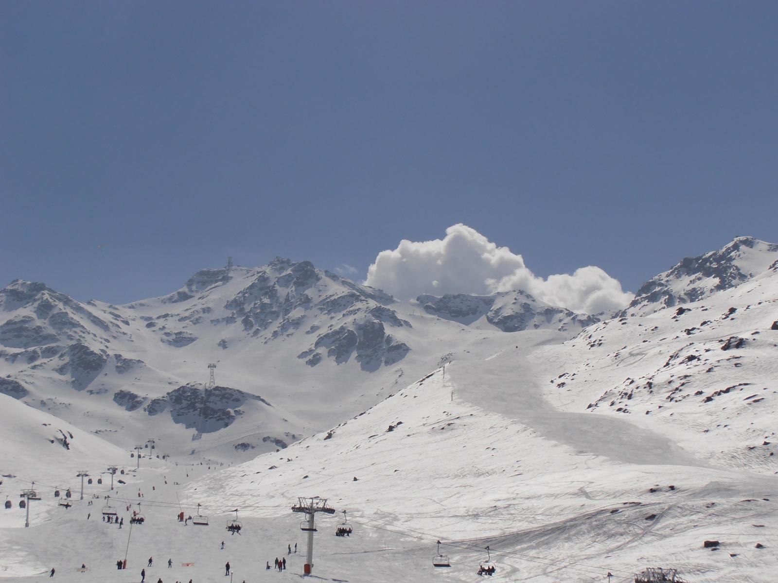 01 - Cime de Caron vista dal parcheggio. Ad impianti aperti molto traffico di sciatori in pista fino a quota 2300