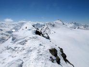 Sulla cresta che dalla cima prosegue verso il colle del Rutor, con il Rutor sullo sfondo