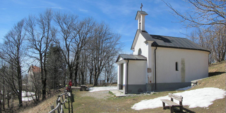 la chiesetta sotto la vetta