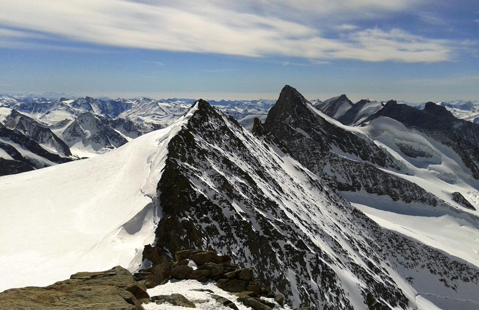 L'Hinteres visto dalla cima del Grosses con il versante di salita a sinistra