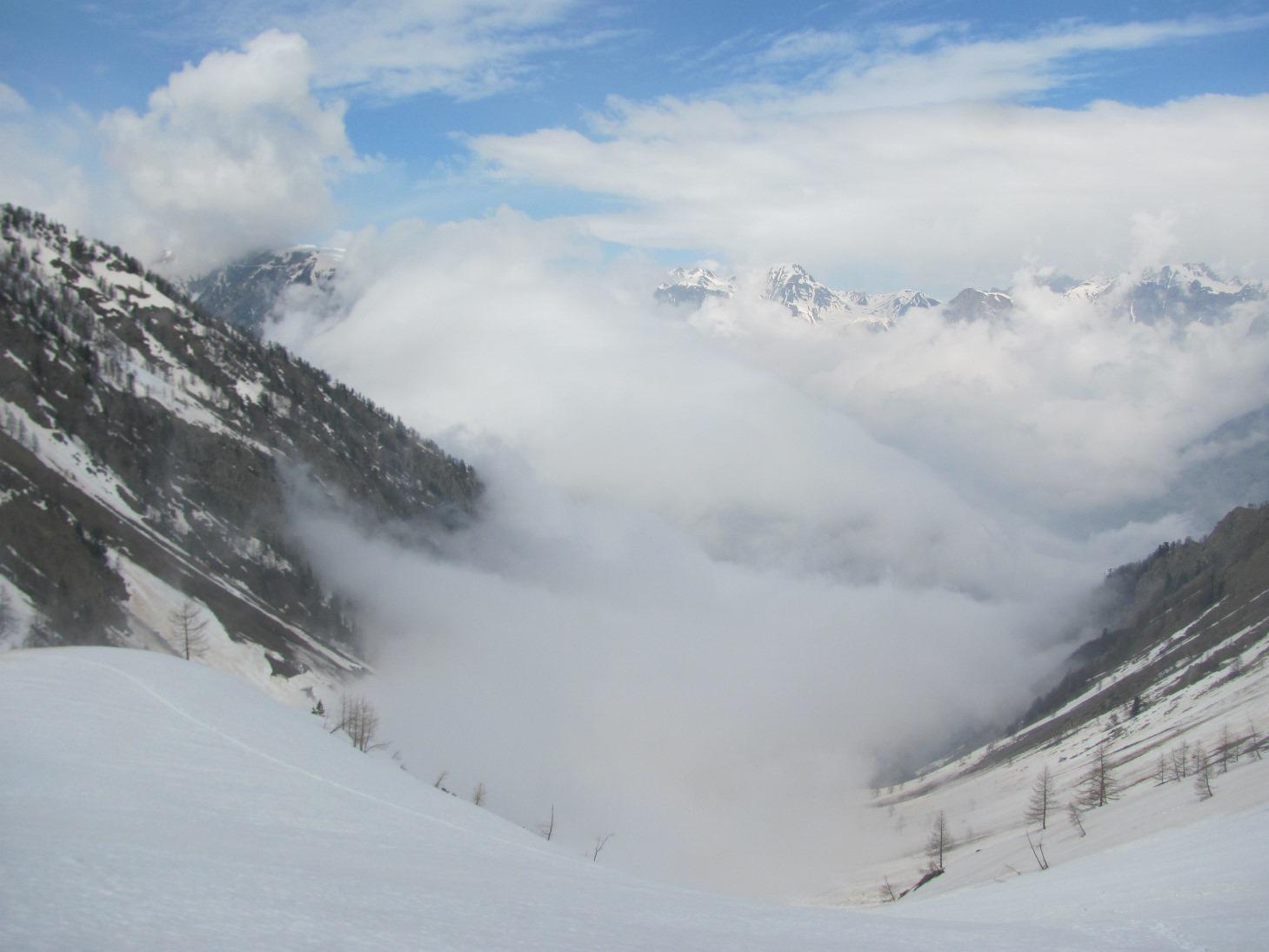 La bassa valle avvolta dalle nubi
