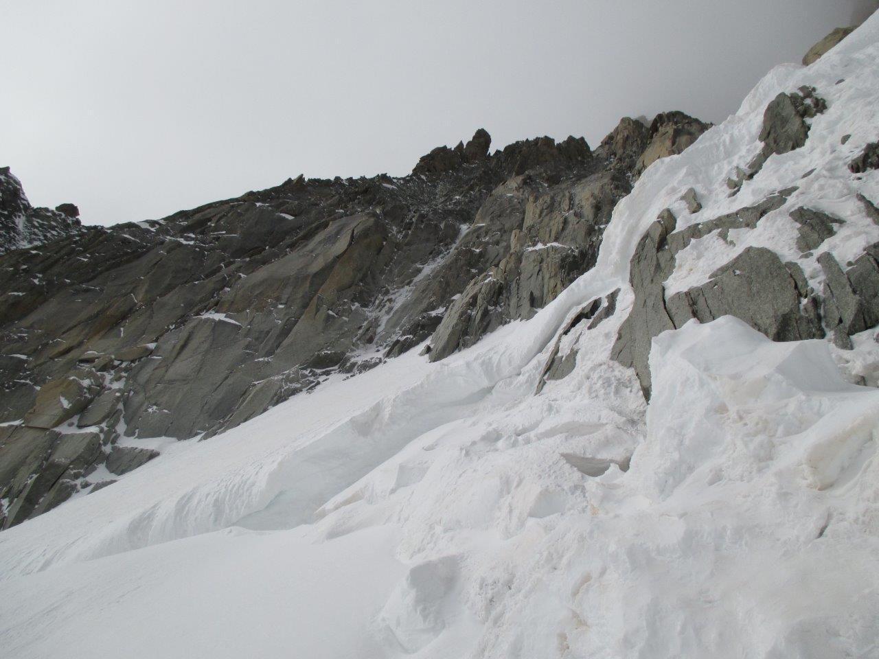 Terminale con rocce affioranti e goulotte sullo sfondo